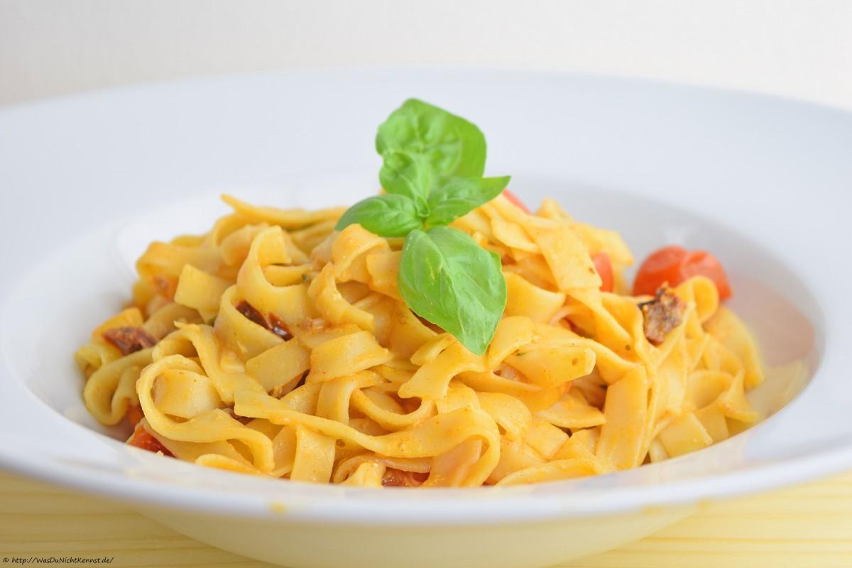 Tagliatelle Yogurt e Pomodori – Bandnudeln mit Joghurt-Tomaten-Sauce - Was du nicht kennst...